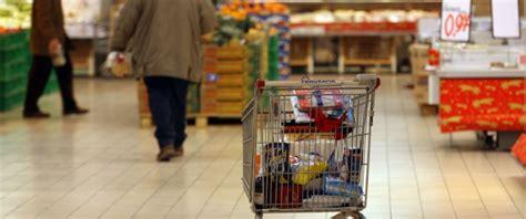 risparmiare sulla spesa alimentare in italia causa crisi si mangia sempre meno pesce latte e