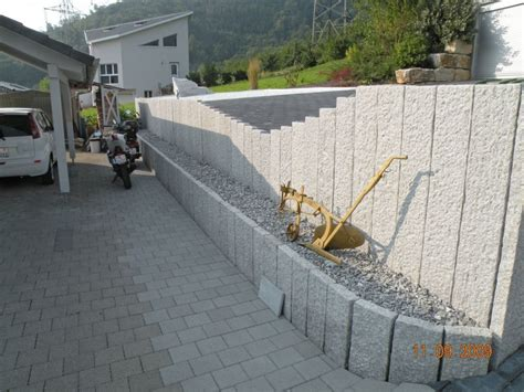 garten mauer natursteine f 252 r gartenmauer kunstrasen garten