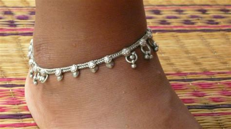 should you wear an anklet on your right or left ankle