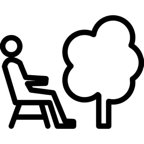 su una sedia persona seduta su una sedia accanto a un albero