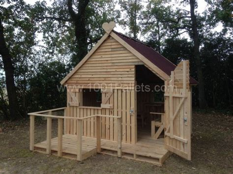 cabin made from 19 wooden pallets 1001 pallets