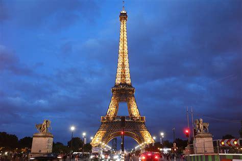 eiffel tower  lockdown  paris tourists report