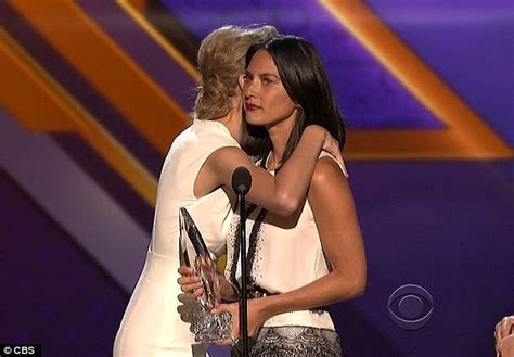 taylor swift and olivia hug 10 awkward pics of your favorite country music stars