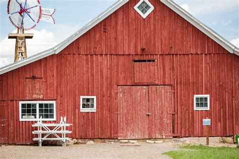 red barn why are barns traditionally painted red