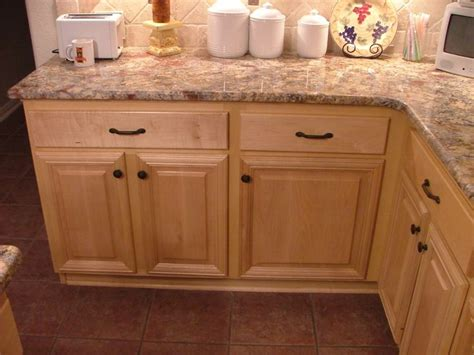 soft maple kitchen cabinets knob and pulls there s no