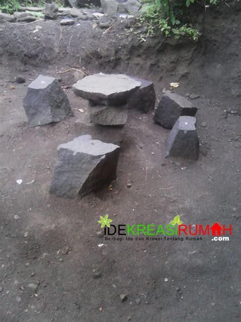 Meja Batu memanfaatkan sisa batu kali untuk kursi dan meja taman