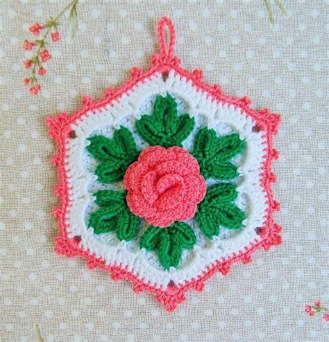 lavori alla presina all uncinetto a forma esagonale con fiore per la