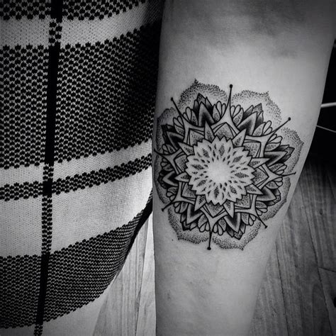 tattoo mandala puntillismo mandala flor puntillismo tatuajes para mujeres