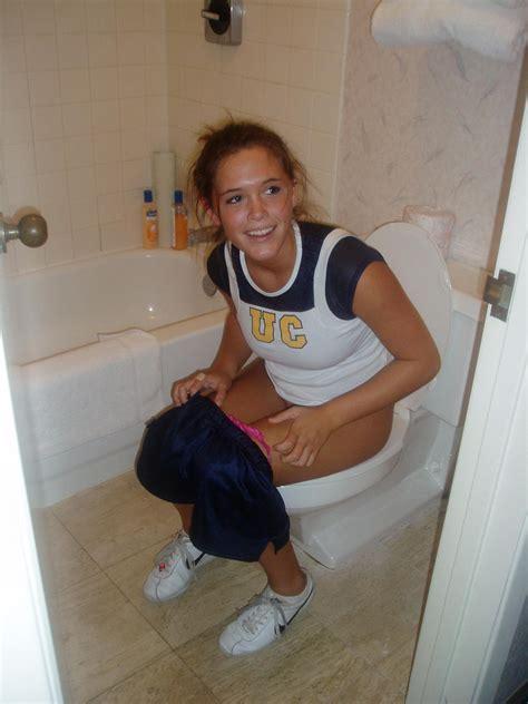 teen public toilet pessing girls on toilet on twitter quot pee peeing pissing toilet