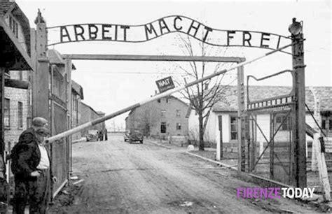 scritta ingresso auschwitz casapound la scritta dei ci di concentramento sulla