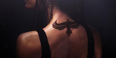 divergent tori mostra il suo tatuaggio alato nel nuovo