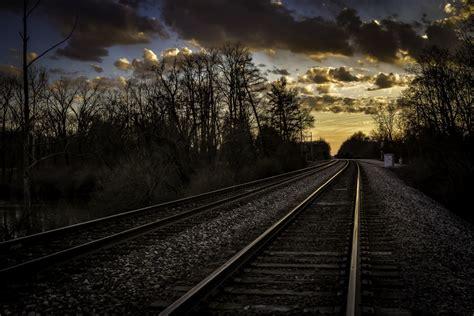 gambar rel kereta api matahari terbenam jalur langit