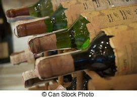 wein lagern gestell wand flaschen gestell wein bild suche foto clipart