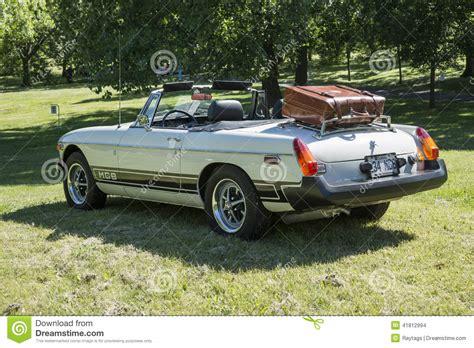 voiture classique avec le porte bagages image stock