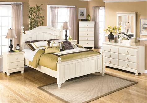 queen poster bedroom sets cottage retreat queen poster bed set