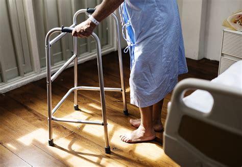 capogiri a letto cause come prevenire le cadute degli anziani scopriamolo