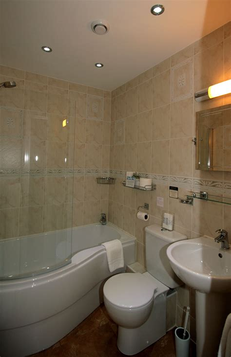 guest room bath in writer s home houses for rent in newport bedroom 2 bathroom crow how country guest house
