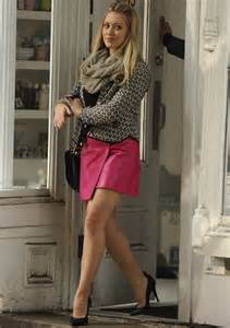 which shoes look best with hilary duff s pink miniskirt