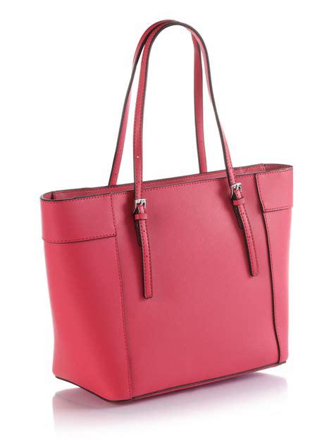 Tas Guess Delaney Mini Original Bag guess delaney small classic tote bag in pink fuchsia lyst