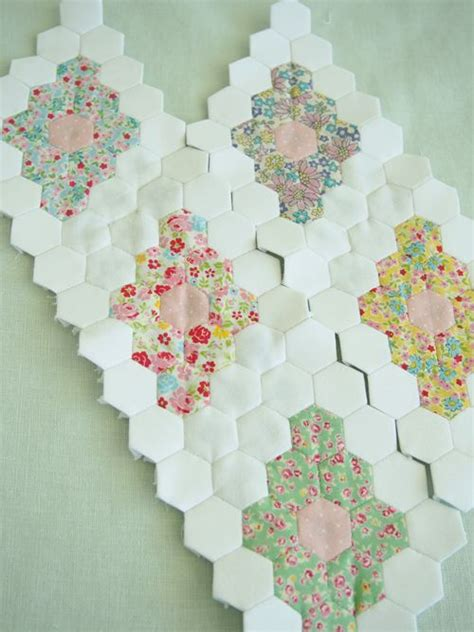 Hexagon Patchwork Patterns Free - 25 best ideas about hexagon quilt pattern on