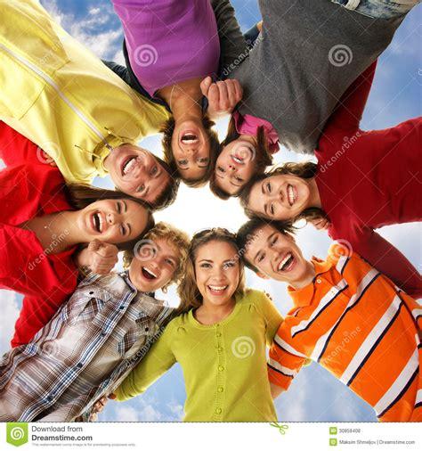 imagenes de jovenes libres un grupo de adolescentes jovenes que llevan a cabo las