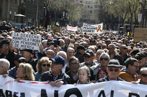 cabecera manifestacion barcelona la marea pensionista toma el centro de barcelona