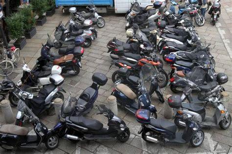 sfascia carrozze roma inquinamento acustico 1 italiano su 3 incolpa i motorini