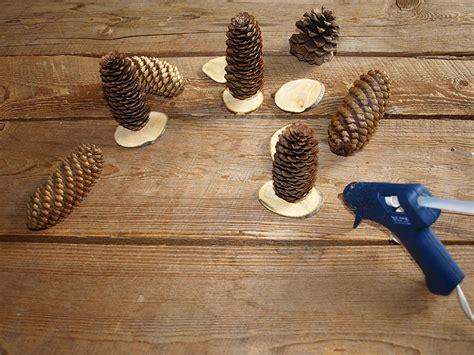 petit chemin de table avec des pommes de pin et des