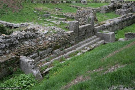 porto fluviale treppe an der hafenmauer des porto fluviale romano di