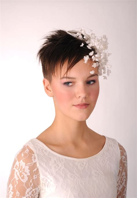 how dress with a pixie hairstyle short hair bride with flower decoration fascinator