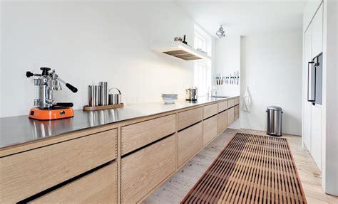 cuisine plancher bois cuisine bois massif o 249 le moderne se souvient de la tradition