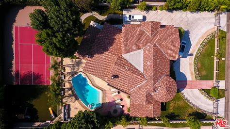 chris paul house chris paul starts cutting ties with la by selling his 6 143 sq ft house