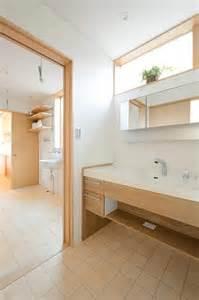 Log Vanities 洗面脱衣室 ユーティリティー キッチンへと一直線でつながる家事動線 明るく見えますがすべて北向きの窓 高窓にすること