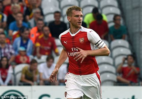 arsenal captain arsenal defender per mertesacker wants new contract but