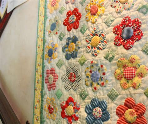 hexagon flower pattern quilt little appliqu 233 flowers so cute click on the link for