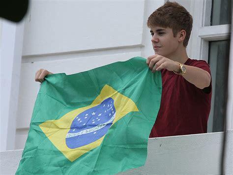 quiz sobre justin bieber em portugues g1 justin bieber aparece para f 227 s na sacada do hotel no