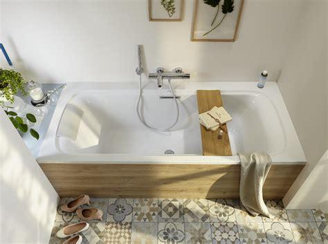 une baignoire dans une salle de bains c est