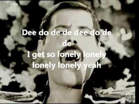 testo on own freddy mercury living on own con testo lyrics