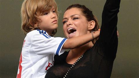 Sylvies Mutter Sabia Stellt Damian Zur Schau Wie Eine