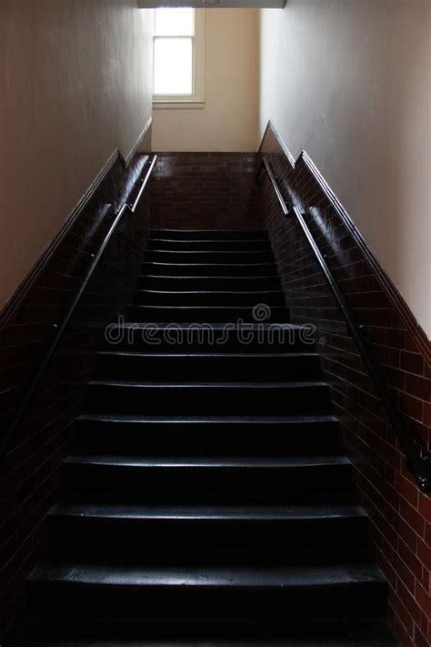oscura in casa la luz golpea la escalera oscura de la casa siglo xix