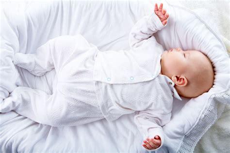 neonato nella rimedi naturali contro il reflusso nei bambini e neonati