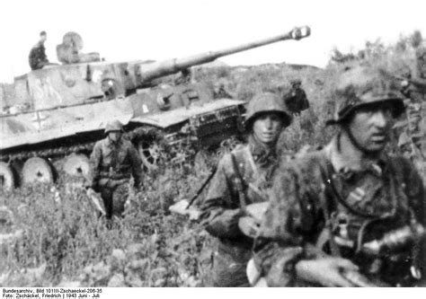 kursk 1943 the southern photo german soldiers of ss panzer grenadier division das reich advance through the southern