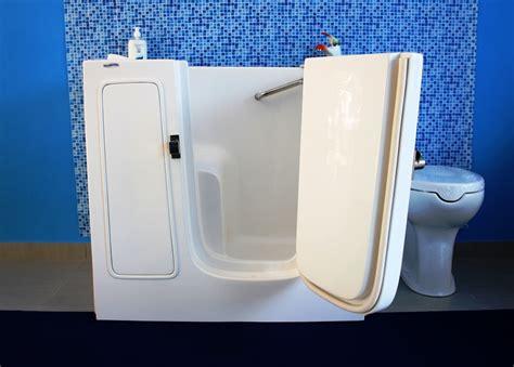 sportelli doccia vasca con sportello che occupa lo stesso spazio di una