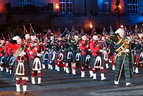 04 massed pipes ad drums with highland dancers 2017 quebec city das basel tattoo 2014 ein 220 berflieger fasnacht ch