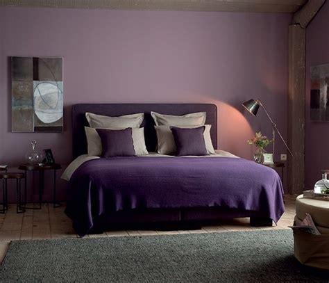 peinture violette chambre dans cette chambre d adulte chic le violet se fait subtil