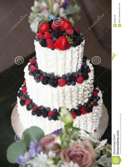 Hochzeitstorte Beeren by Hochzeitstorte Mit Beeren Stockfoto Bild 60780746