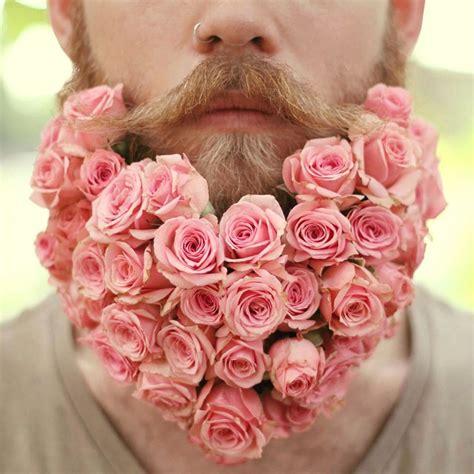 fiori per uomini gli uomini si decorano la barba con fiori per l arrivo