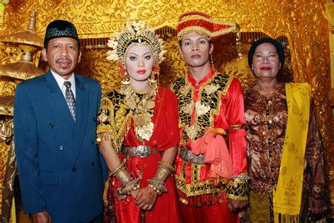 Baju Adat Aceh Untuk Pernikahan baju adat suku kaili sulawesi tengah tikateacool s