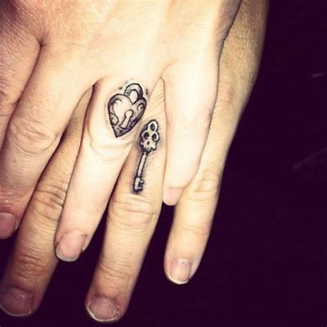 tattoo of us poo fingers 15 ideias de tatuagens para casais que querem substituir