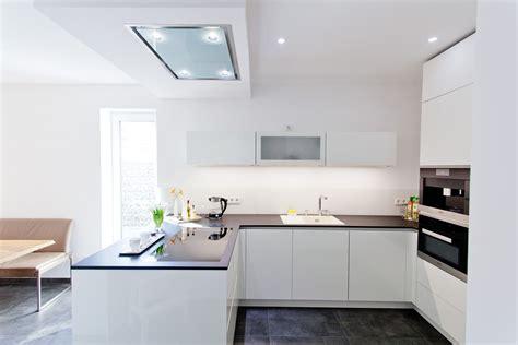moderne küche hochglanz wei 223 e design k 252 che grifflos mit gro 223 er k 252 hl
